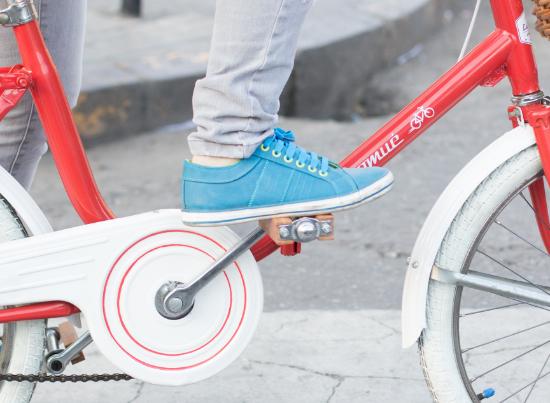 Un pied sur une pédale de vélo